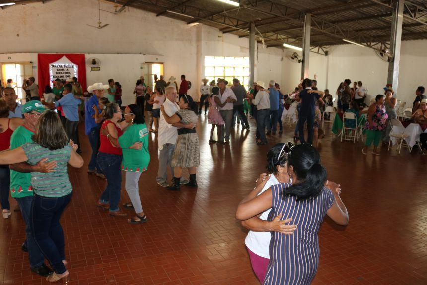 FORRÓ ANIMA GRUPO DA TERCEIRA IDADE EM FESTA DE CONFRATERNIZAÇÃO.