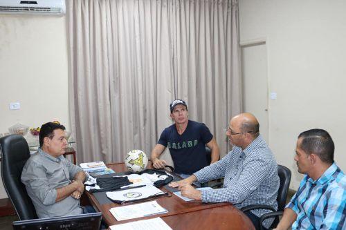 """Recebemos na sede da prefeitura a ilustre visita do ex-jogador Túlio """"Maravilha""""!"""