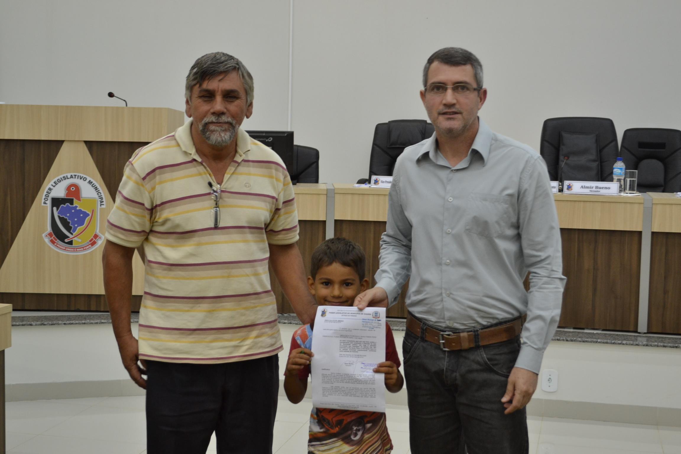 Vereador Almir entregando c�pia da indica��o para os bairros Vila S�o Francisco e Santa Clara