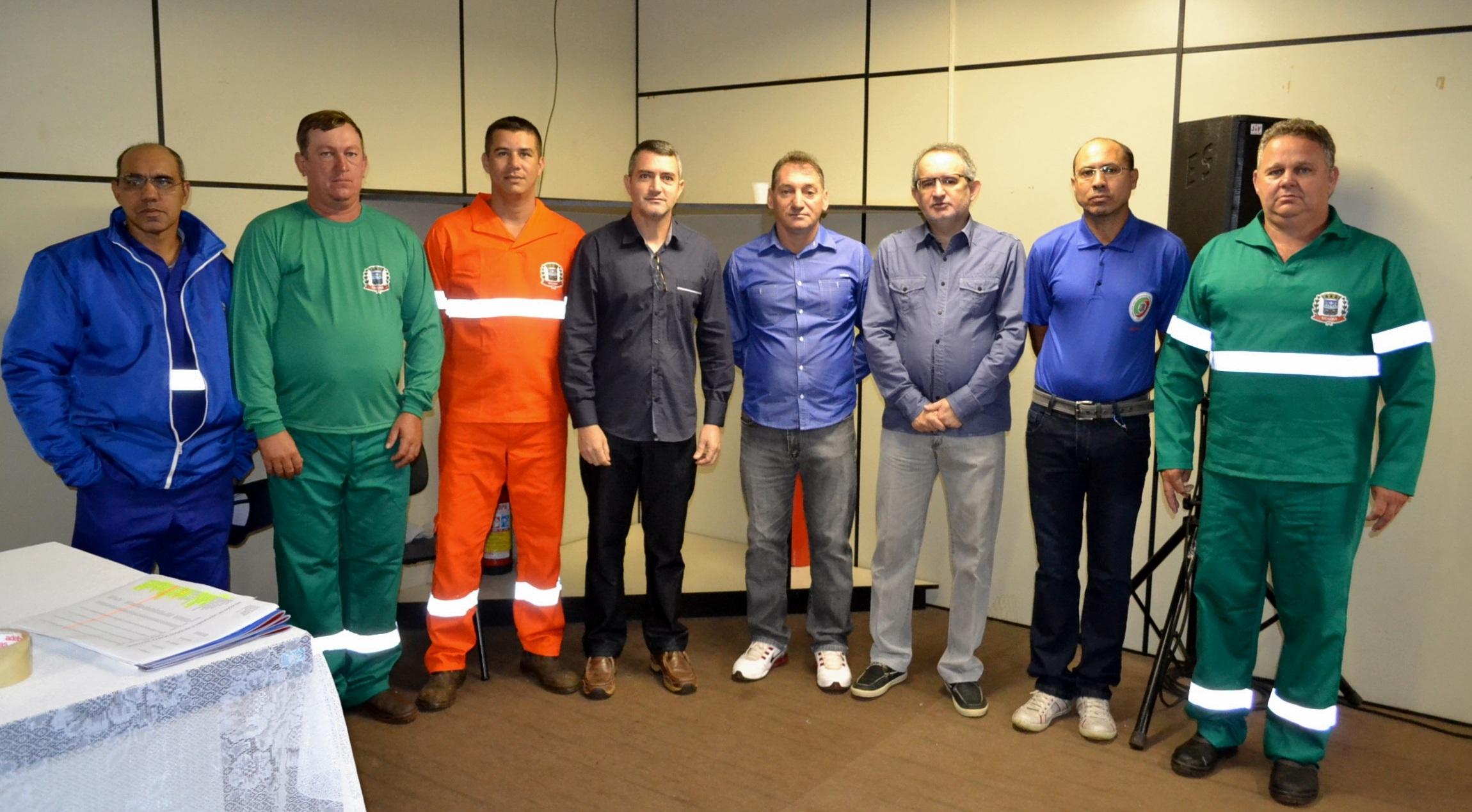 Vereador Almir, vice-prefeito Osmar e prefeito Fabian com funcionários utilizando os novos EPI´s