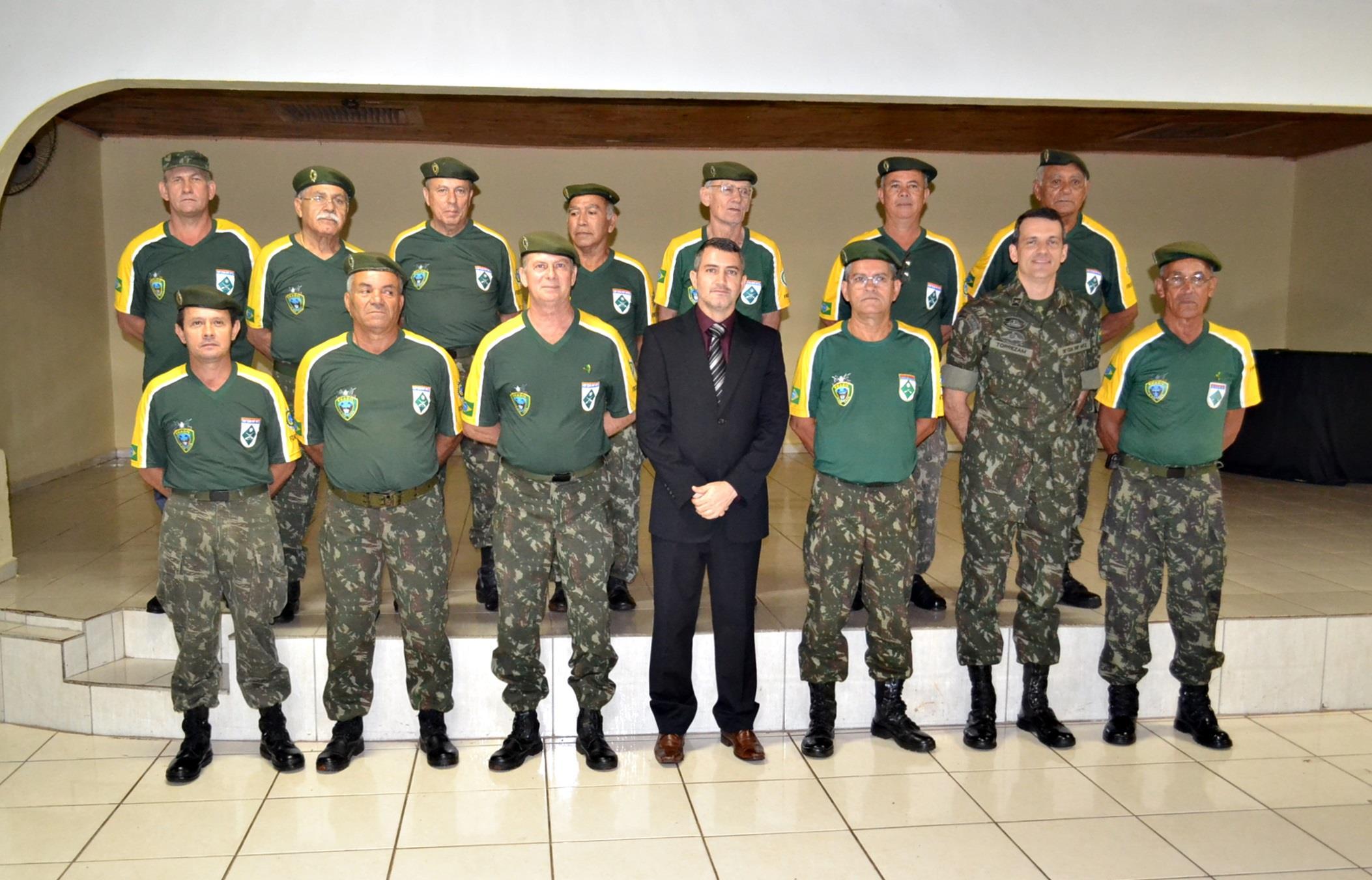 Vereador Almir Bueno e comandante da 15ª Companhia de Infantaria Motorizada Major Rodrigo Campos Torrezam com o Pelotão Aroeira, do quadro reserva