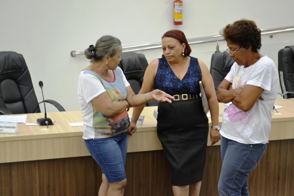 Vereadora Tereza atendendo a moradoras do Bairro Vila Rica