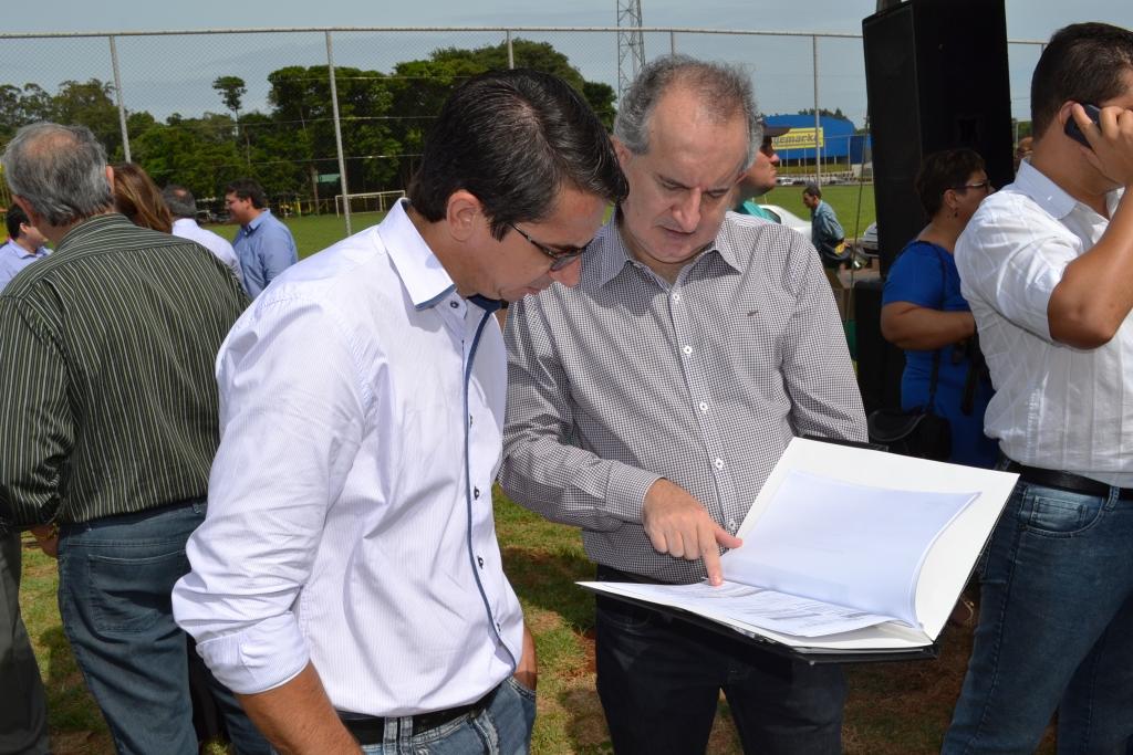 De Camisa Branca o Presidente do Poder Legislativo de Guaíra, Vereador Valberto paixão da Silva, analisando projetos para o município com o Prefeito de Guaíra, Fabian Percí Vendruscolo