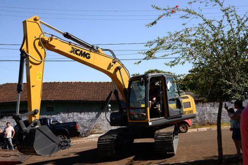 Entrega da Escavadeira Hidráulica e Carro para a Assistência Social