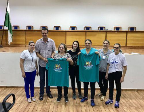 Entrega das camisetas para participantes do Programa NASF!