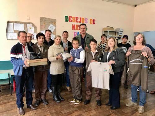 """Entrega dos Agasalhos e calçados para os alunos participantes do Projeto """"Formando Cidadão"""""""