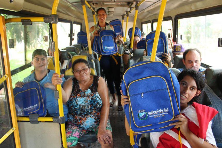 Os alunos da APAE e do EJA, também receberam da Secretaria de Educação o kit de materiais escolares.