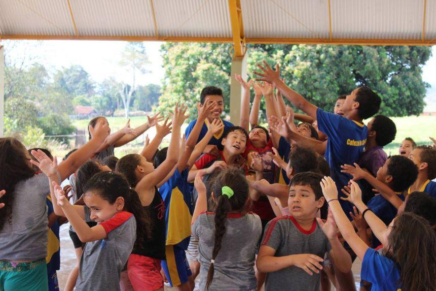 Dia de gincanas e brincadeiras promovidos pelos acadêmicos do curso de Educação Física da Unipar.