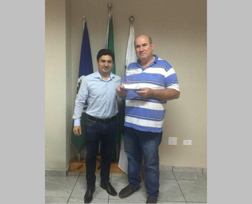 Juninho entrega uma placa de Honra ao Mérito ao ex-prefeito José Mário