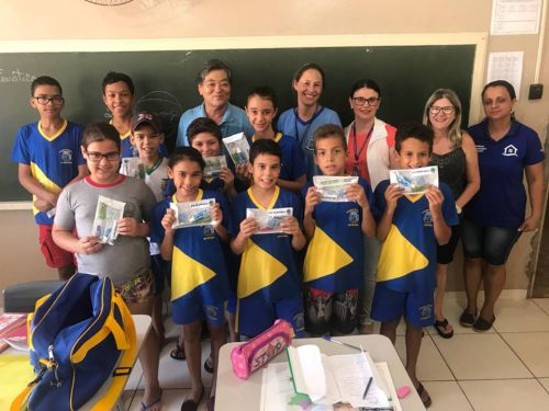 Distribuição do kit de Higiene Bucal para as crianças da rede municipal de ensino