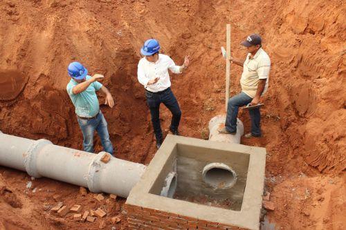 O prefeito Juninho esteve em Guaiporã visitando as obras de instalações das redes de tubulações.