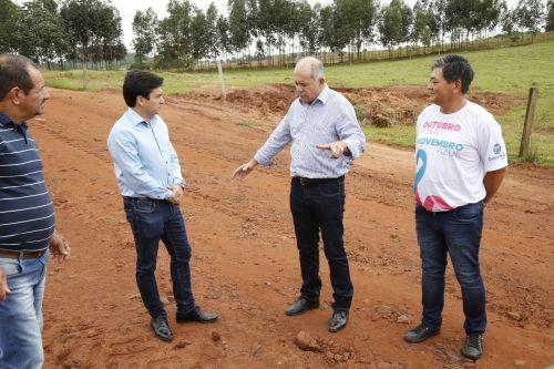 Prefeito Juninho e Prefeito Almir fazem visita a estrada que faz divisa entre Cafezal do Sul e Perobal.