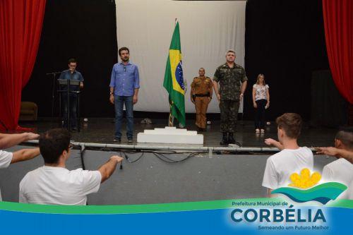 Dispensados do Serviço Militar Prestam Juramento a bandeira