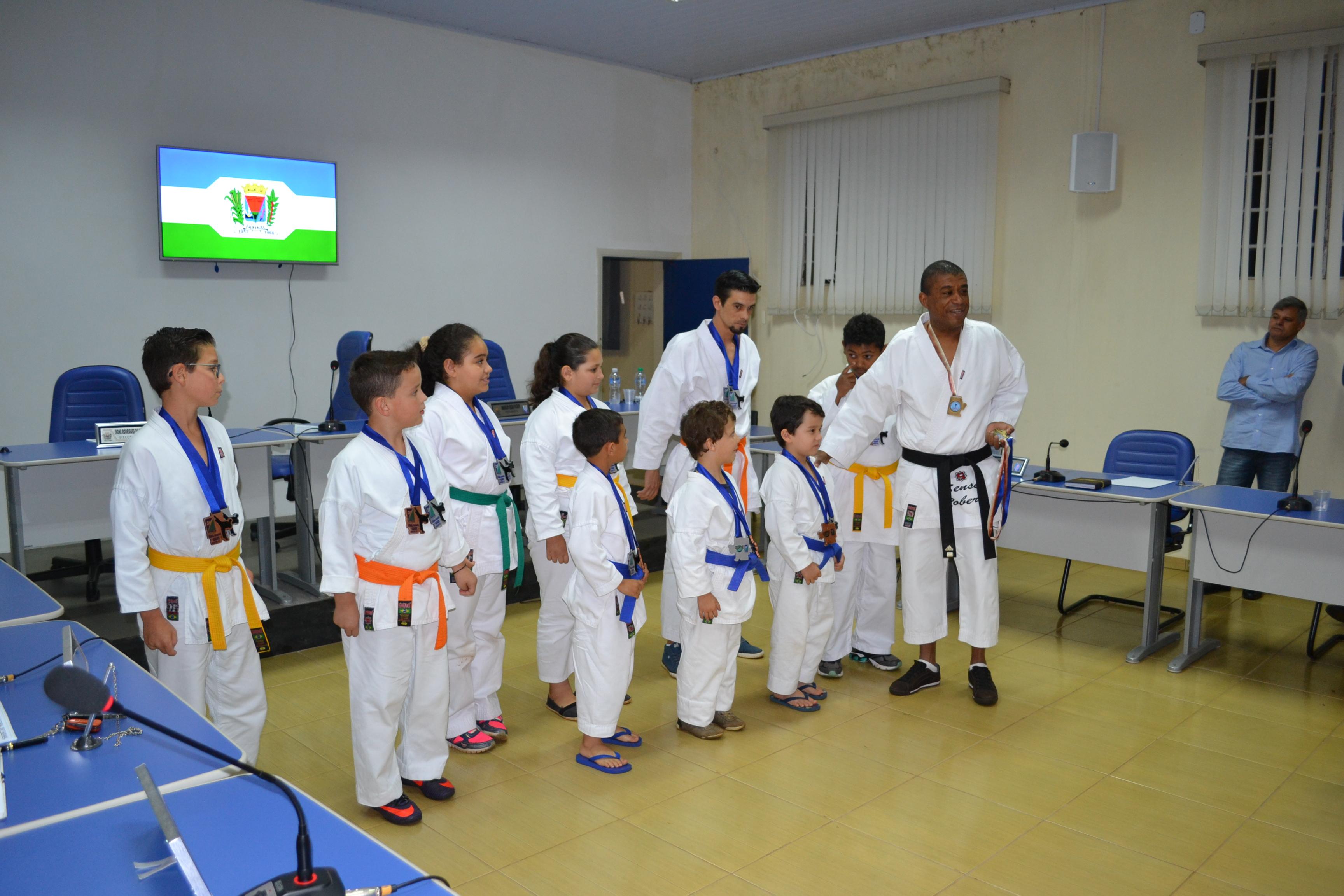 Karatecas conquistam 48 medalhas e recebem homenagem