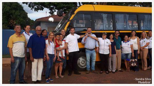 Prefeito de Itaúna do Sul Evandro Marcelo da Silva e o deputado estadual Evandro Júnior, entregam ônibus à secretária municipal de Educação Bete Martins, que fará o transporte de alunos da zona rural