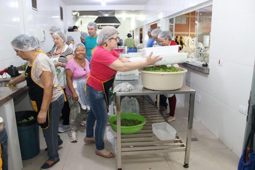 Moradores de rua recebem almoço e serviços na Paróquia Santa Isabel