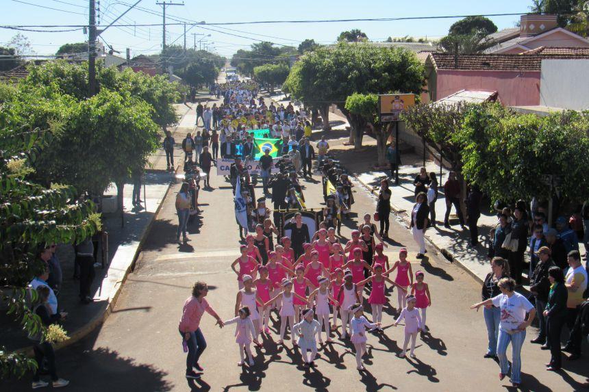 Desfile cívico  na av. Paraná