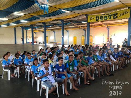 Crianças e adolescentes matriculados no Férias Felizes - Edição de inverno RECEBEM AGASALHOS