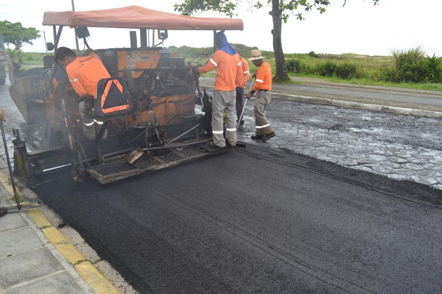 Avenida Anybal Kury recebe novo trecho de asfalto em Praia de Leste