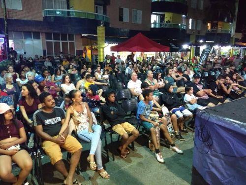 "Olhos atentos: o projeto ""Cinema na Praia"" apresenta filmes na orla de Pontal do Paraná"