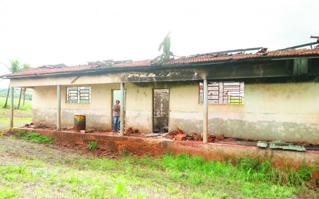 Escola Miguel Couto depois de incendiada