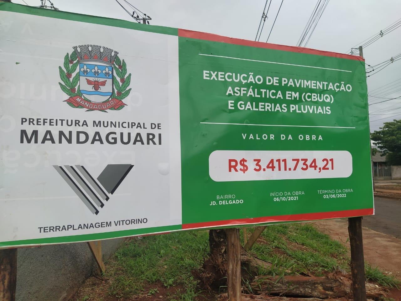 Placa informativa de obra de pavimentação e galerias no Jardim Delgado.