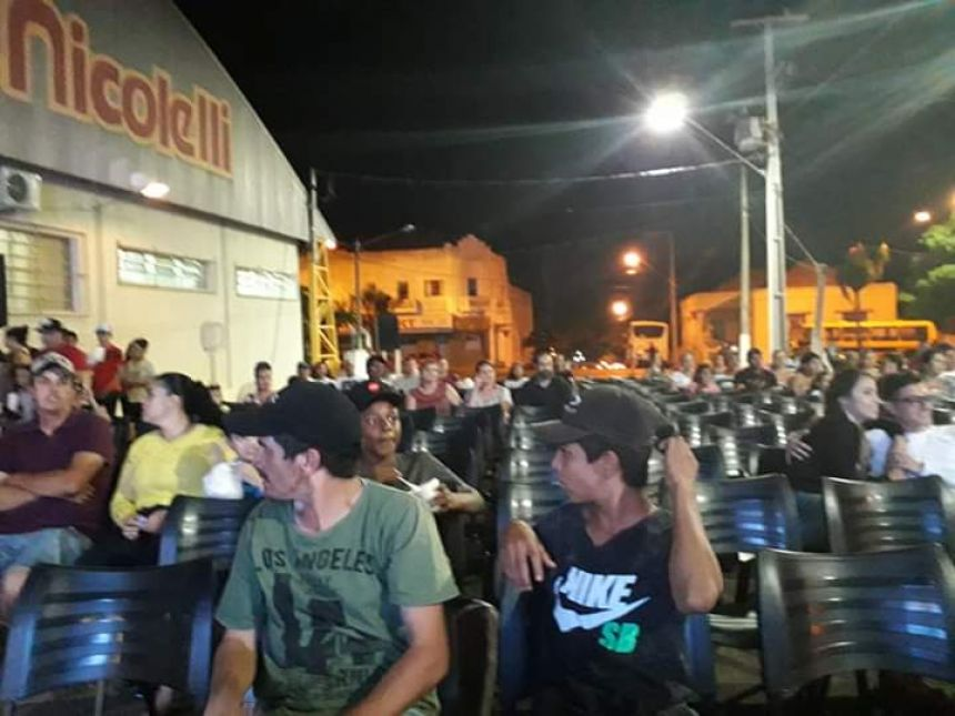 CINEMA NA PRAÇA REÚNE POPULAÇÃO TAVORENSE