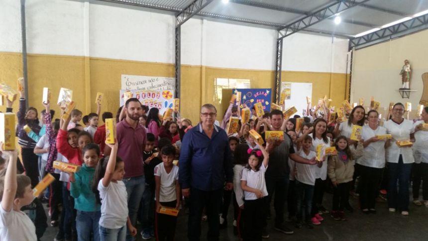 PREFEITO GELSON REALIZA ENTREGA DE CAIXA DE BOMBONS A ALUNOS DA REDE MUNICIPAL DE ENSINO