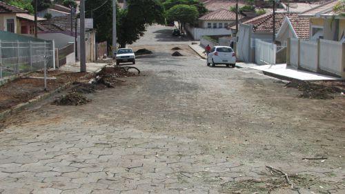 Obra de calçamento Ruas destruídas pelo excesso de chuva