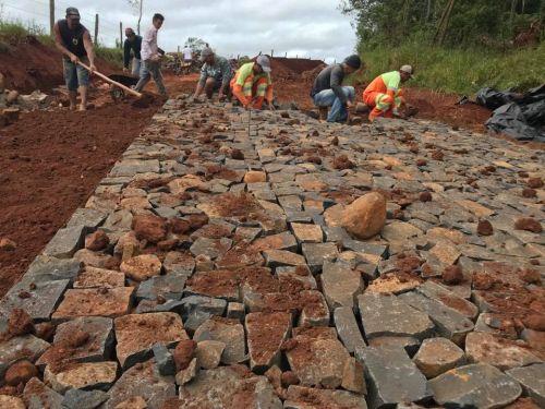 Calçamento com Pedras Irregulares Estrada Joá