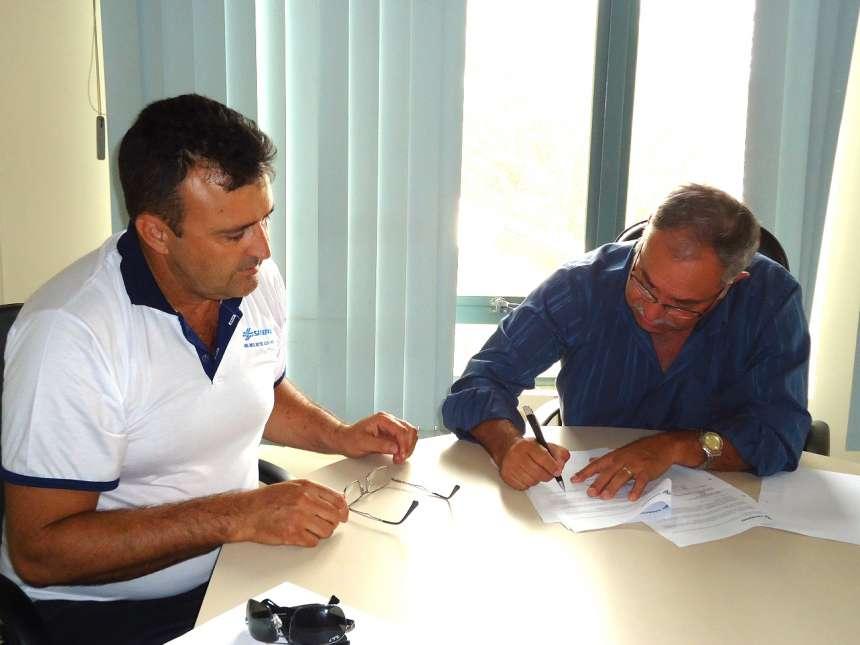 Gerente da Sanepar, Juarez Antonio Wollz, e o prefeito de Imbaú, Cassemiro Pinto Martins, assinam contrato.Foto: Sanepar