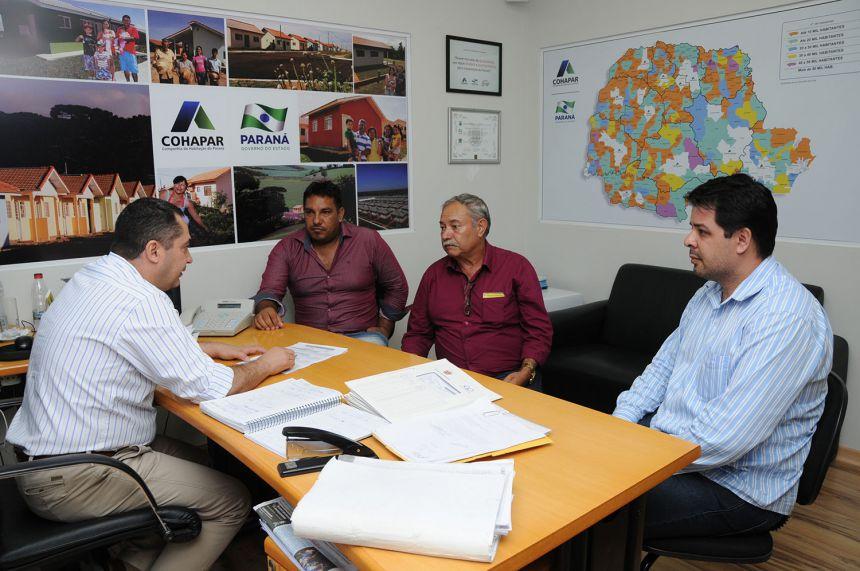 O chefe de gabinete, João Naime Neto, recebeu nesta segunda-feira (21) o prefeito de Imbaú, Cassemiro Pinto Martins, acompanhado do presidente da Câmara de Vereadores, Wellington Lúcio de Jesus e do secretário de governo, Cleverton Soares.