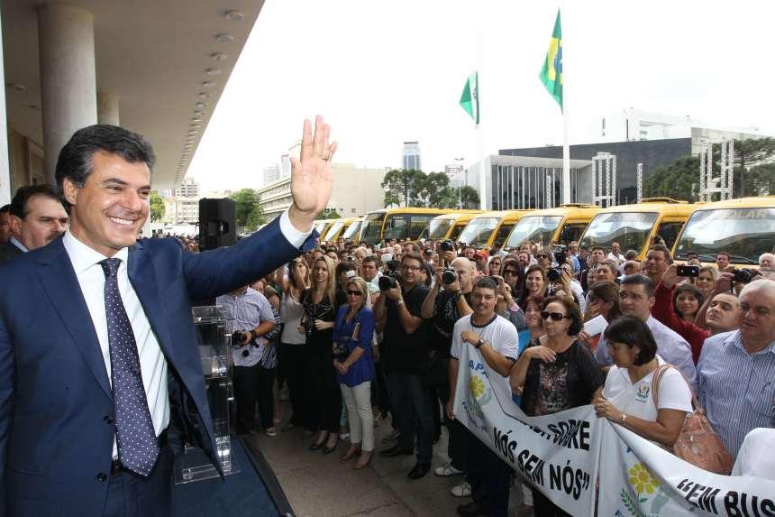 O governador Beto Richa entrega mais um lote de 115 ônibus para transporte de alunos das escolas especiais dos Paraná (Apae). Curitiba, 10/12/2013