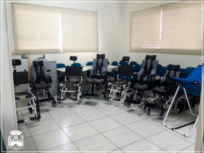 27 de março - Administração Municipal entrega cadeiras de roda e banho à quem precisa.