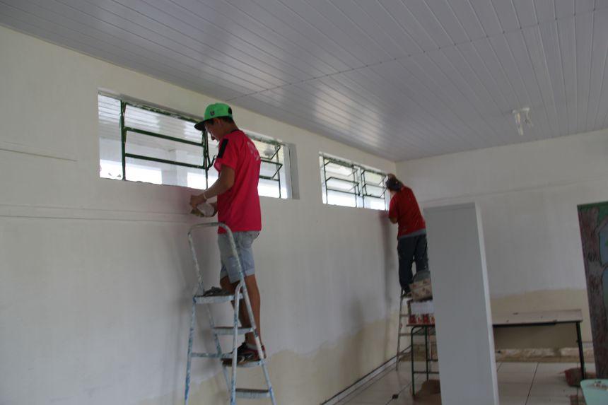 Escola Floresval Ferreira ganha reforma