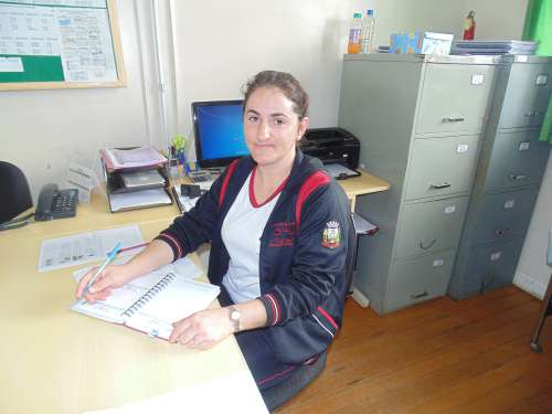Diretora da Escola Municipal Floresval Ferreira Jaqueline Piegat