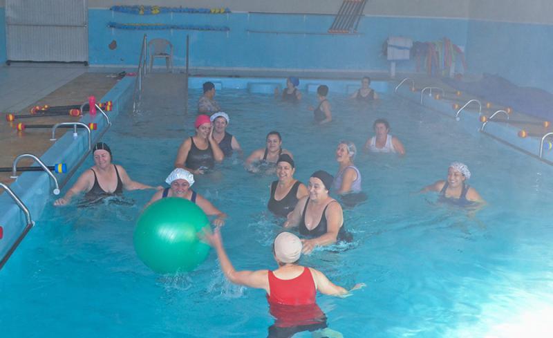Atividades em piscina aquecida beneficiam manoelribenses