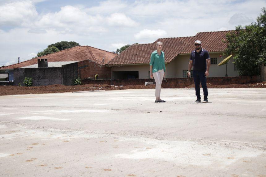 Arena com grama sintética começa a ser instalada no bairro Santa Cecília