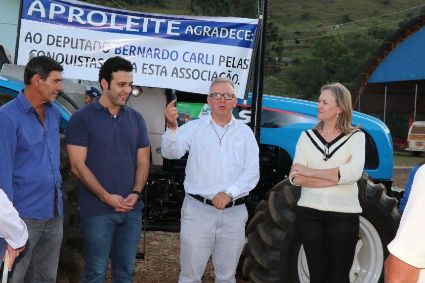 Prefeitura repassa trator para associação de produtores de leite e anuncia reforma em escola