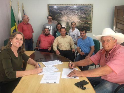 Beth Camilo assina ordem de serviço para retomada de obras em quadra esportiva