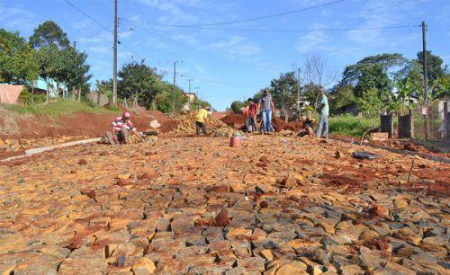 Manoel Ribas dá continuidade à pavimentação com pedras irregulares