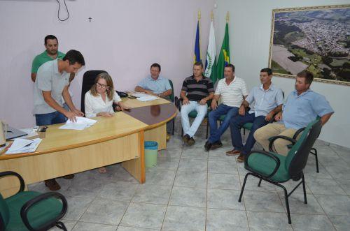 Beth Camilo libera recursos para pavimentação de estradas rurais