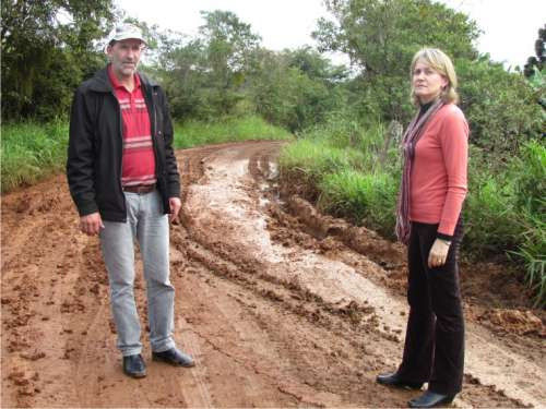 Prefeita Bete Camilo junto com o Vereador Belmiro durante a visita em um atoleiro na Estrada da Linha Esperança