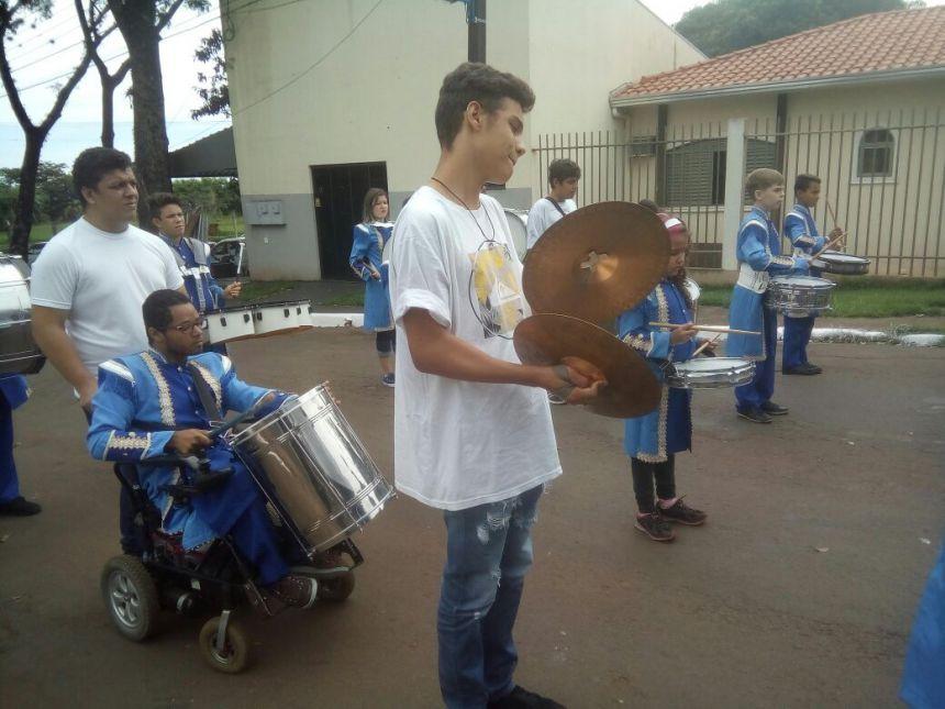 Fanfarra municipal é ovacionada em desfile no distrito de Iguatemi
