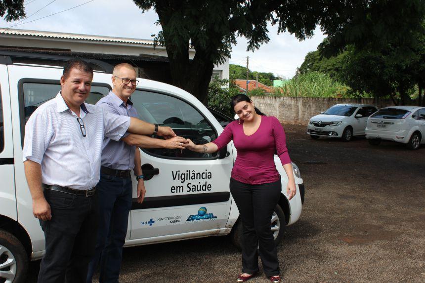 Prefeito realiza entrega de veículo para a secretaria de saúde