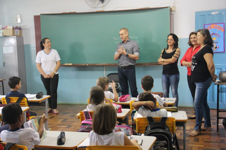 Rede Municipal de ensino recebe kit escolar