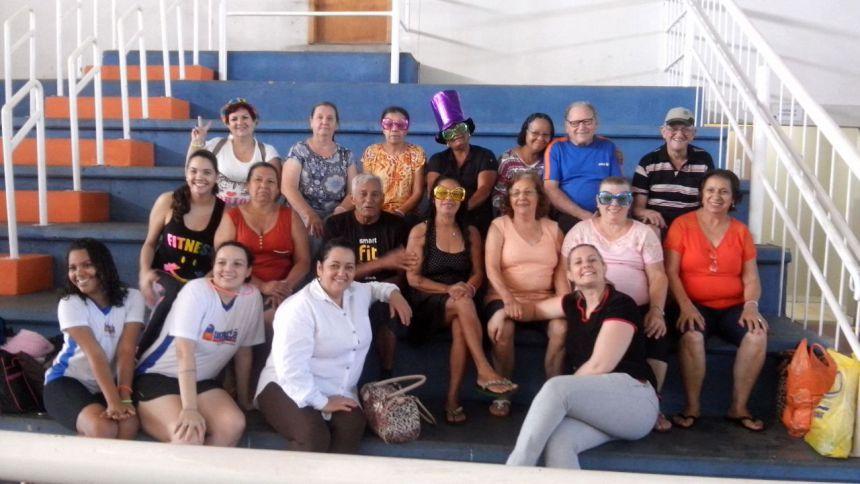 Centro do idoso promove recreação para os usuários: piscina e brincadeiras