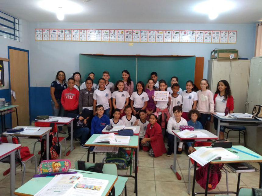 Aluna recebe certificado por gabaritar Prova Paraná