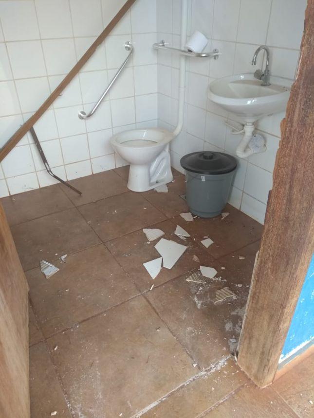 Escola Municipal Vereador Antonio Linares sofre vandalismo durante as férias