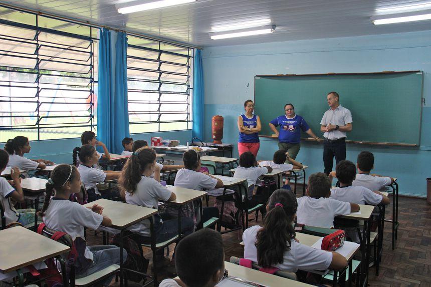 Alunos da rede municipal de ensino recebem Kit Escolar na volta às aulas